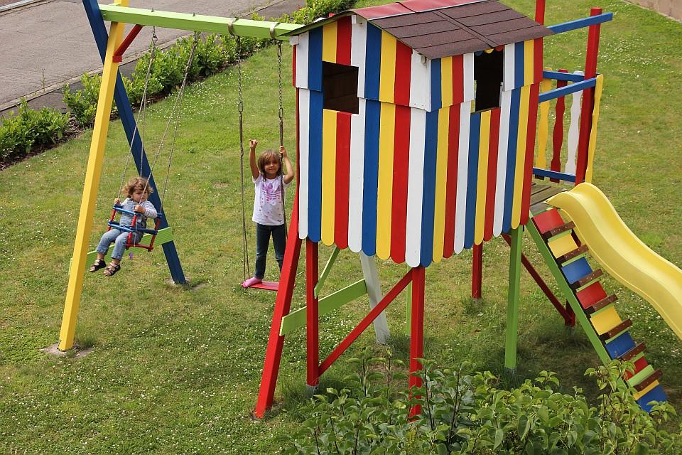 2in1 buntlack von alpina farben wir streichen unser spielhaus land und. Black Bedroom Furniture Sets. Home Design Ideas