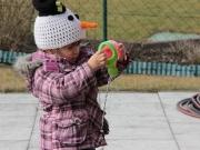 Land-und-Kind.de: Mädchen spielt mit Gießkanne und Wasser