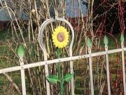 Land-und-Kind.de: Historischer Gartenzaun mit Sonnenblumen-Motiv