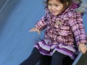 Land-und-Kind.de: Mädchen auf einer Rutsche auf dem Spielplatz