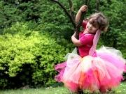 Land-und-Kind.de: Elfchen tanzt um  einen Baum