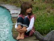 Land-und-Kind.de: Kleine Denkerin am Brunnen
