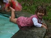 Land-und-Kind.de: Kleine Elfe spielt am Wasser