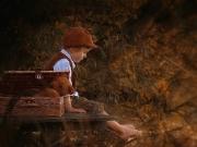 Mit gepacktem Koffer, alles was kleine Jungs brauchen, am herbstlichen See ...
