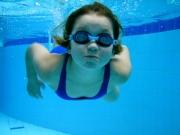 Meine Tochter (11) beim Schwimmen. Sie macht Synchronschwimmen. Aber manchmal hat man Zeit auch mal einfach nur zu tauchen. :-)