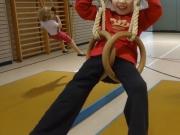Meine Tochter beim Schaukeln an den Ringen.