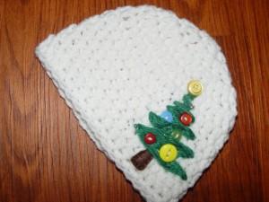 Schlicht und schön: Beanie mit Weihnachtsbaum in creme