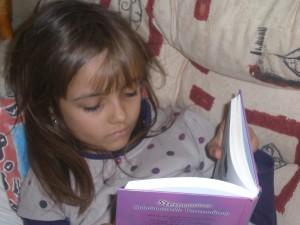 In ein Buch vertieft - So treffe ich meine Tochter meist an, wenn ich sie suche ...