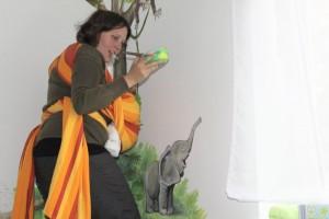Bei der Arbeit an einem Kinderzimmerdesign: Das Baby ist selbstverständlich dabei