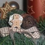 Lebkuchenmann mit Schleife am Adventsgesteck