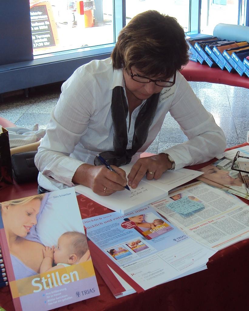 """Signierstunde mit Dora Schweitzer - Sie ist Autorin des Ratgebers """"Stillen"""""""