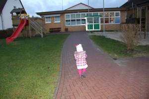 Kleines Mädchen auf dem Weg in den Kindergarten
