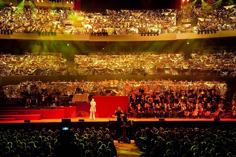 Das ist nicht das Publikum auf den Rängen - Das ist der Chor!