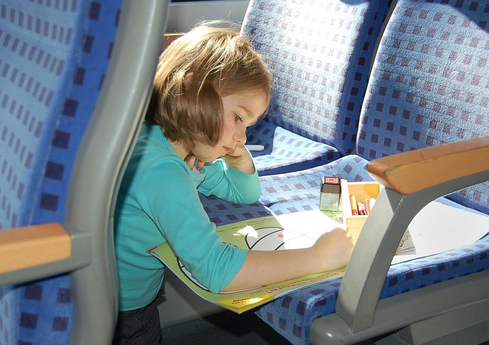 Kind im Zug mit Reiselektüre. Copyright: Deutsche Bahn AG