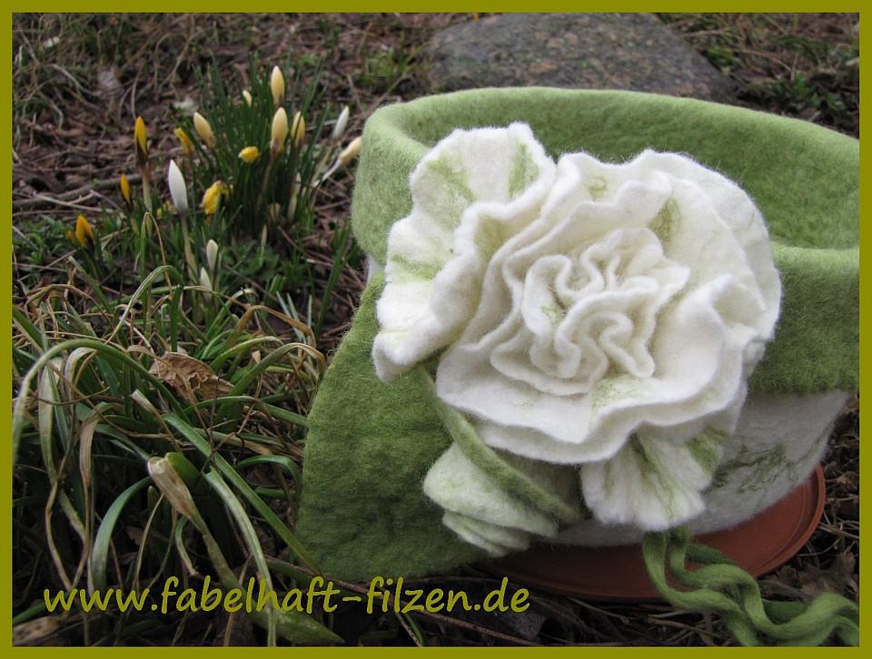 Körbchen gefilzt - grün - weiße Blüte - Katrin Mett - Fabelhaft-Filzen.de