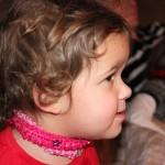 Kleine Püppt starrt gebannt auf den Fernseher: machen wir es uns zu leicht?