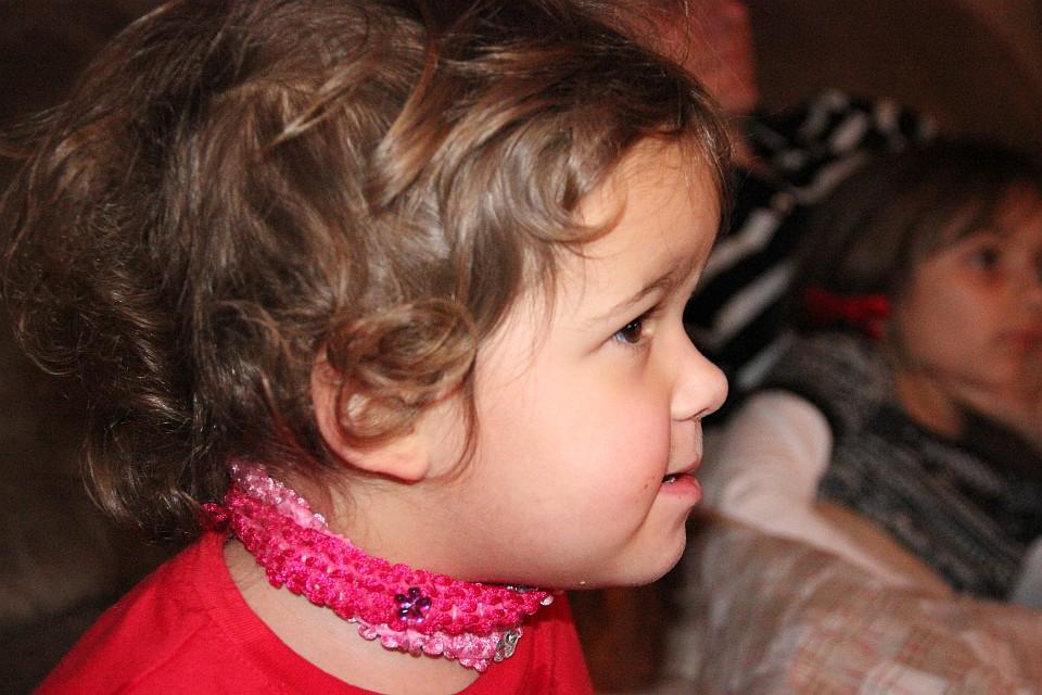 Ein Kleinkind beim Fernsehen