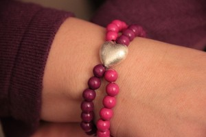 Armband aus Holzperlen und versilberten Herzen von Luxusweiberl