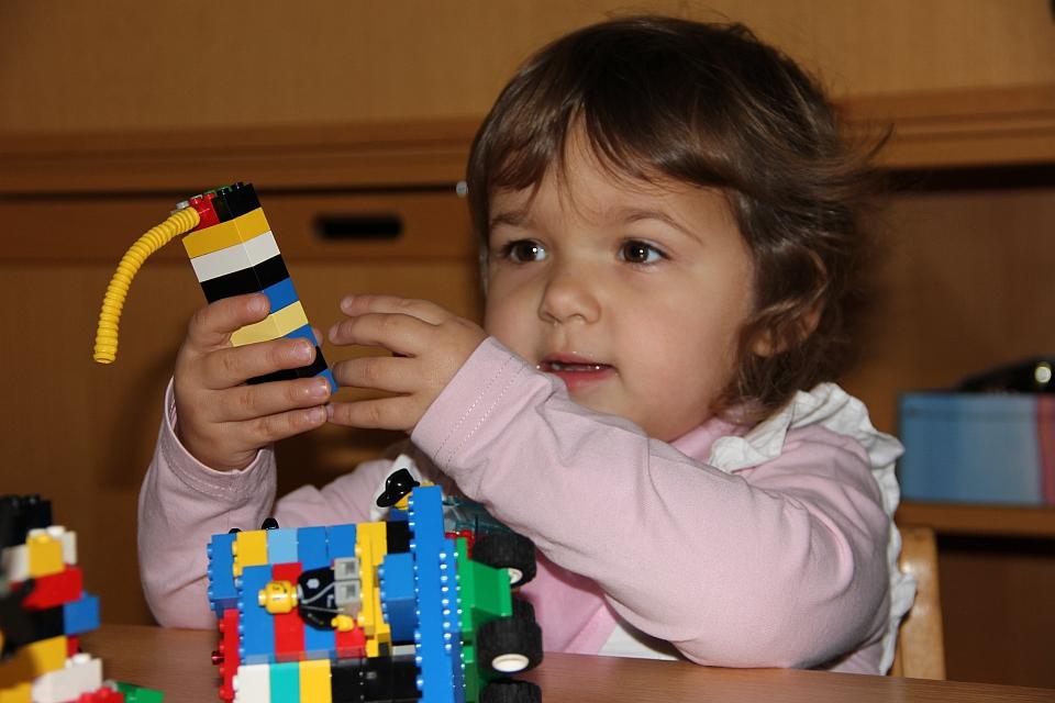 Mädchen spielt mit Bausteinen - Lego