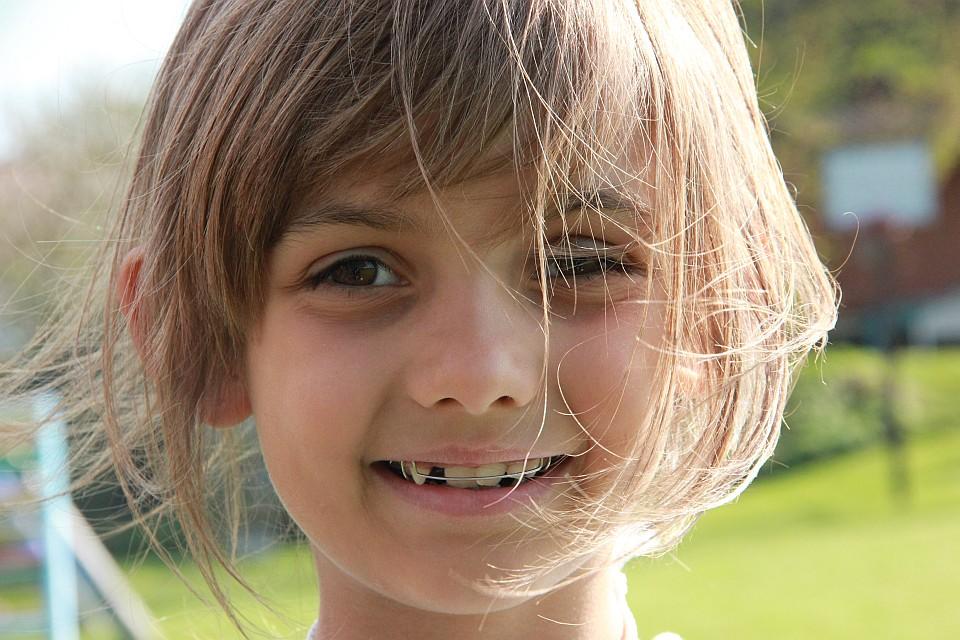 Grundschülerin mit Zahnspange, lächelnd