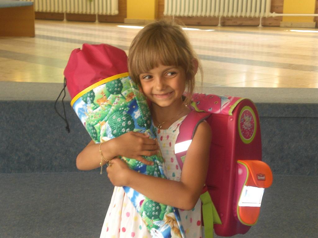 Mädchen mit Schultüte und Ranzen - Schultasche - Einschulung