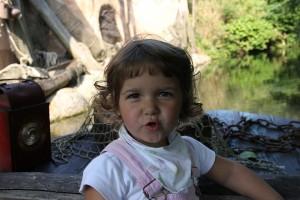 """Mädchen bei Bootsfahrt auf dem """"Sambesi"""" im Erlebnis-Zoo Hannover"""