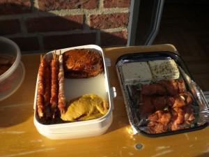 Grillfleisch in einer Schüssel, Schafkäse und Fleischspieße