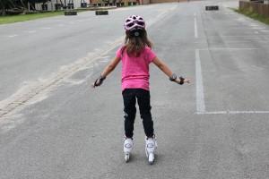 Grunschuldkind beim Inline-Skaten auf Asphalt