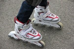 Zwei Inline-Skating-Schuhe für Kinder