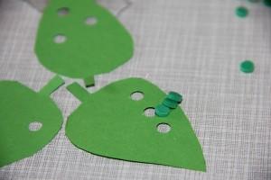 Bastelanleitung - Blätter und Raupen-Körper für Einladungs-Glas