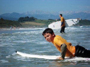 Junge auf einem Surfbrett - im Liegen (Quelle: surfnsoul.com)