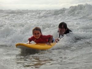 Vater und Sohn im Surfkurs in der Welle (Foto: surfnsoul.com)