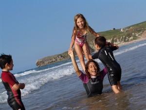 Wellenreitkurse für Kinder - Spaß in der Gruppe (Foto: surfnsoul.com)