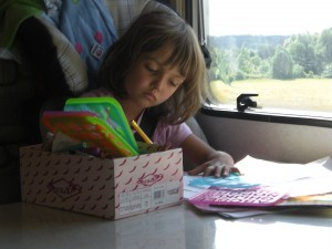 Mädchen malt während der Autofahrt - Im Wohnmobil gehts!
