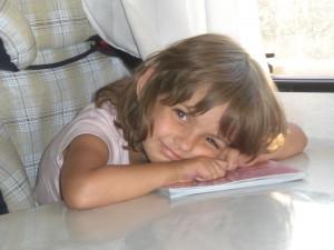 Mit Kind im Auto unterwegs - Mädchen im Wohnmobil