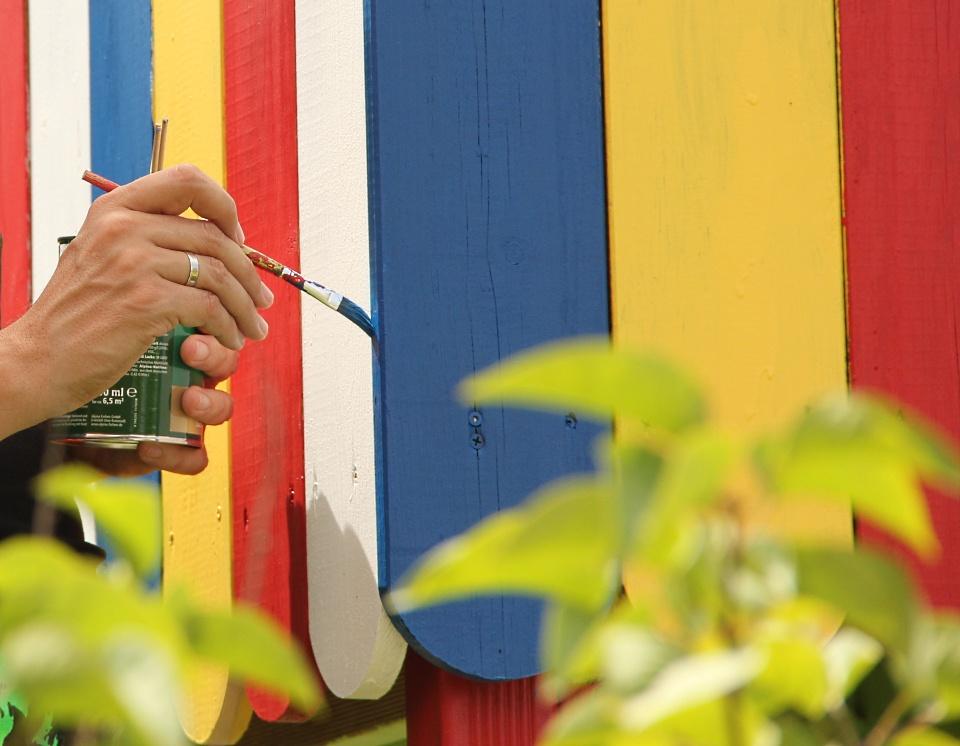 Das Land-und-Kind.de Spielhaus: Malen mit Alpina Farben