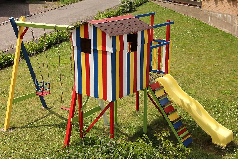 Das Land-und-Kind.de kunterbunte Spielhaus - mit Alpina Farben