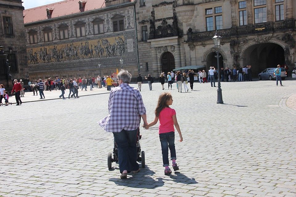 Familie besucht Dresden - vor dem Fürstenzug