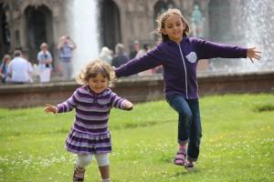 Zwei Mädchen stürmen durch den Hof des Dresdener Zwingers