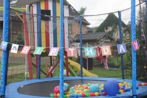 Trampolin geschmückt für die Raupe-Nimmersatt-Party