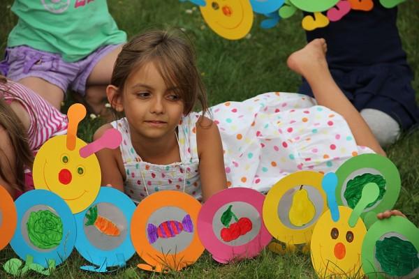 spiele für den kindergeburtstag – raupe nimmersatt-rallye – land, Einladung