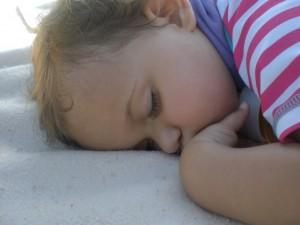 Schlafendes Baby im Schwimmanzug