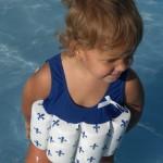 Wir schwimmen mit Bojenbadeanzug - wenn das Bad sehr voll ist nehmen wir Schwimmflügel noch dazu