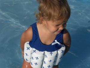Mädchen im Bojen-Badeanzug