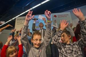 TOMMI Award im Forum Bildung in Halle 4.2. Jugendliches Publikum und Pur Plus Moderator Erik.