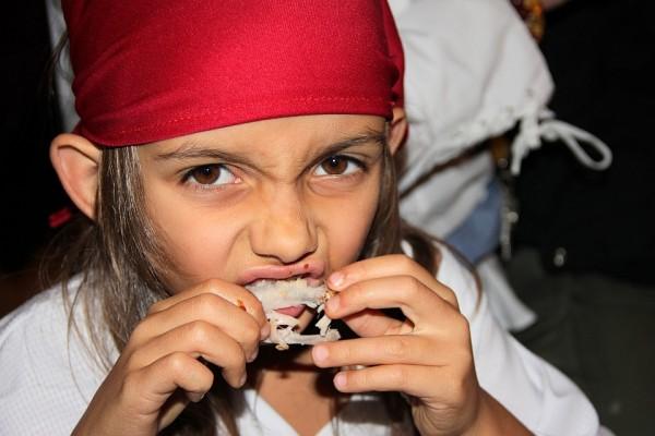 Kleine gefährliche Piratin beim Fingerfood