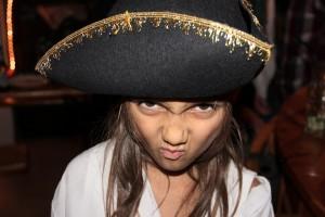 Piraten-Mädchen mit Dreispitz und grimmigem Blick