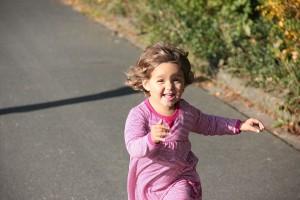 Mädchen rennt - Herbstspaziergang