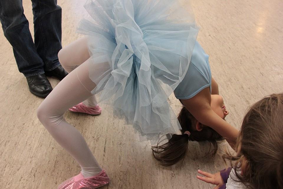 Kleine Ballerina im blauen Tutu