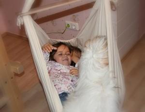 Zwei Kinder und Hund in der NONOMO XL